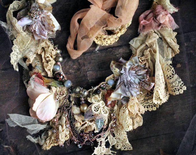 Collar de pétalos caídos collar original shabby chic encaje antiguo, de la mano cosida, con cuentas
