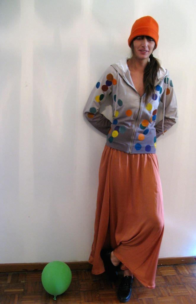 Felpa pois, realizzata in cotone con pois dipinti a mano euro 95 Gonna giulia, realizzata in raso di seta con elastico in vita euro 85 Cappellino in lana euro 18