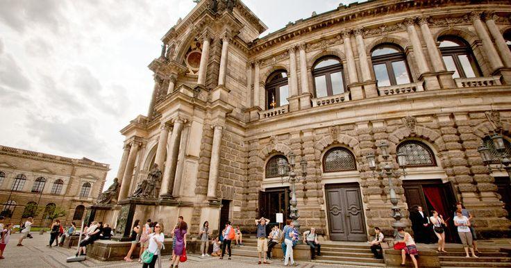 Erleben Sie ein Stück Geschichte und faszinierende Architektur gleichermaßen. Erkunden Sie eines der schönsten und kulturell renommiertesten Opernhäuser der Welt - die Dresdner Semperoper.