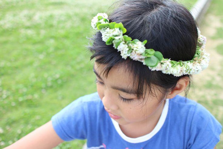 シロツメクサの花冠。娘に。