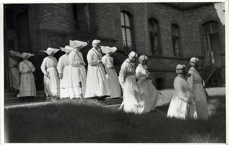 Budapest, 1940-es évek eleje – irgalmas nővérek polgári védelmi gyakorlaton  (Fotó: Orelly Dezső / Kiscelli Múzeum Gyűjteménye)