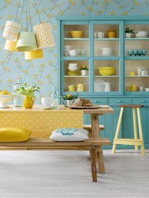 Sala de jantar com bancos de madeira e cristaleira. A decor em turquesa e amarelo ficou maravilhosa <3