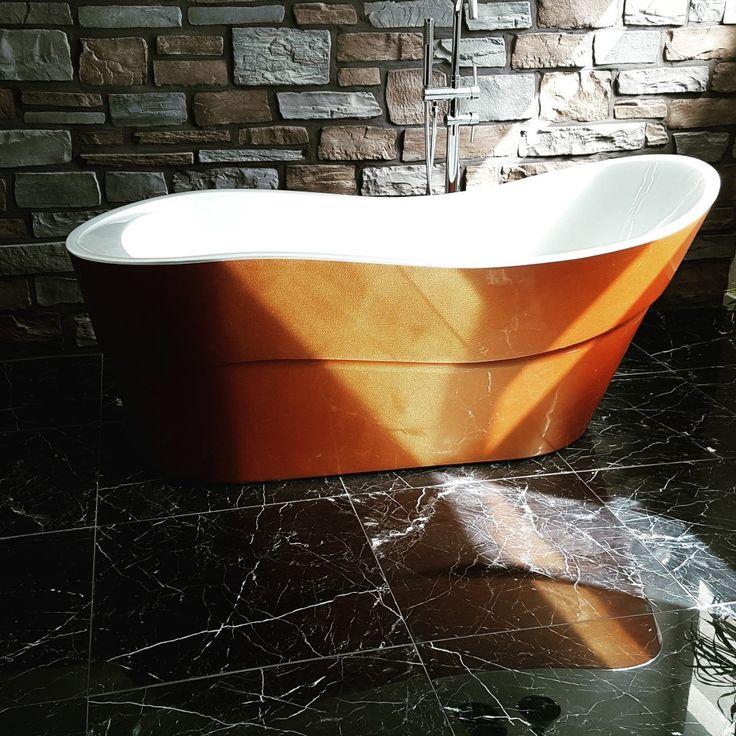 Prachtig badkuip, sfeervolle buitenkant in bronskleur dat graag het zonlicht voor u opneemt. Met een moderne witte binnenkant Badkuip 170*80*72 cm, materiaal Acryl