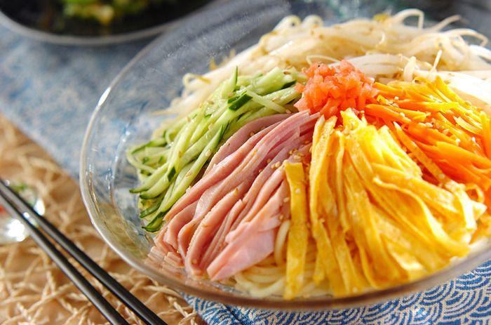 まずは定番の冷やし中華からご紹介します。こちらはキュウリ・ハム・錦糸卵に、モヤシとにんじんを乗せて。モヤシとにんじんは、中華麺といっしょに茹でているので手間になりません。にんじんの赤色が加わると華やかになりますね。