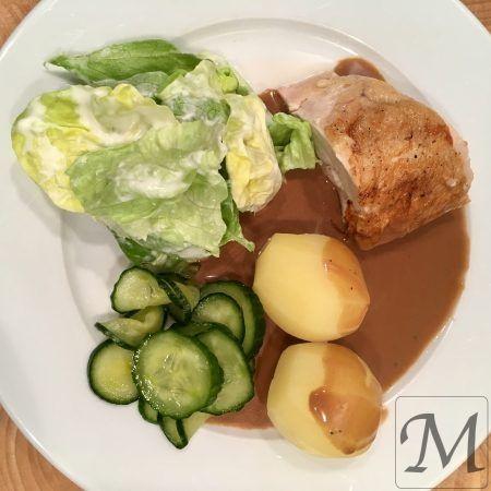 Vi er helt tilbage i 70'erne, med en ovnstegt hel dansk kylling, med kogte kartofler og brun kyllingesauce, hjemmelavet agurkesalat og dansk hovedsalat med mormordressing. Kan du dufte det?  Man starter med agurkesalat, da den lige skal trække lidt. Snit agurken, salt på og lad trække.   #agurk #dressing #kartofler #kylling