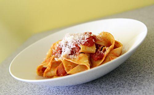 Tagliatelle s rajčatovou omáčkou a salsiciou http://tomichutna.cz/testoviny-pro-chlapa-tagliatelle-s-klobaskou-salsicia
