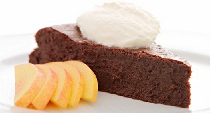 Przepis na francuski tort czekoladowy: Prawdziwa czekoladowa rozkosz. Wspaniały deser na zakończenie wielodaniowego posiłku. Pyszny i elegancki. Świetny przepis!