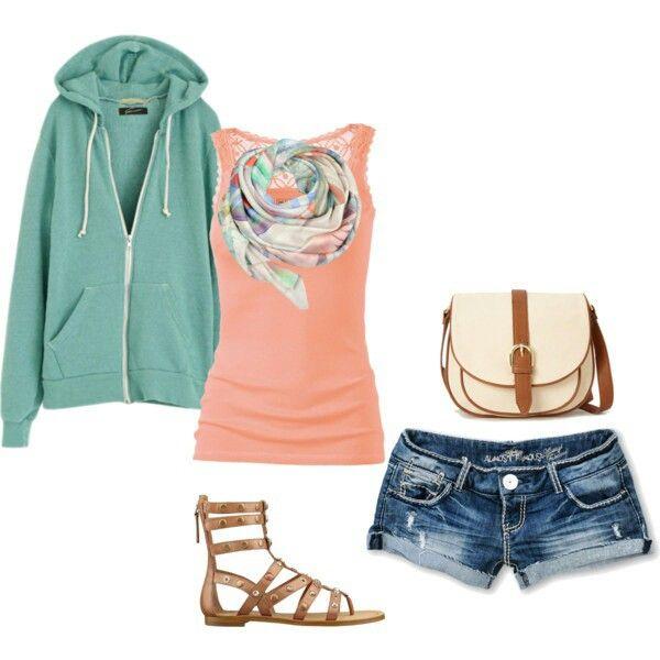 playera rosa, chamara azul, pantalon claro viejo, tenis blancos