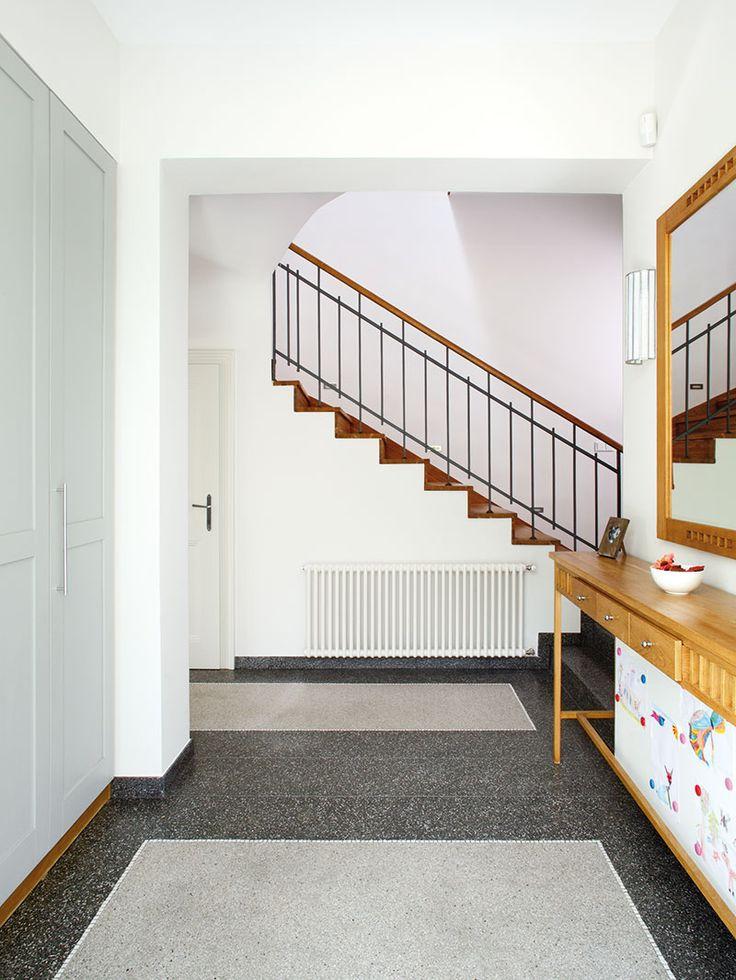 Ze vstupní haly se vchází do prostorné chodby steracovou podlahou, odkud vede schodiště do prvního patra. FOTO ROBERT ŽAKOVIČ - HOME