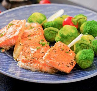 Gebakken zalm op smaak gebracht met tijm, peper en zout, afgemaakt met een beetje citroensap. Heerlijk en gezond met gestoomde broccoli, prei en spruitjes!