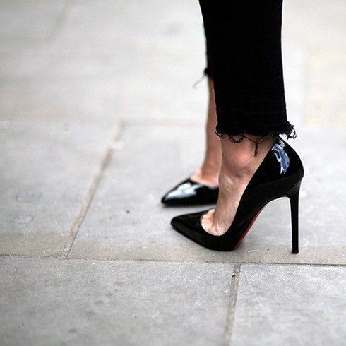 Staan je prachtige pumps te wachten op jouw avondje uit? Zo dans je een hele avond zonder pijn aan je voeten te krijgen! Het klinkt misschien vreemd, maar lees zeker verder. Als je lang hoge schoenen draagt, kan de bal van je voet aardig pijn beginnen doen. Om dat tegen te gaan, tape je … Continued