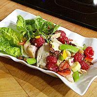 Begynn med dressingen. Start med presset sitronsaft, salt, pepper og finhakket/presset hvitløk, tilsett olivenolje i en tynn stråle og pisk til en glatt masse....