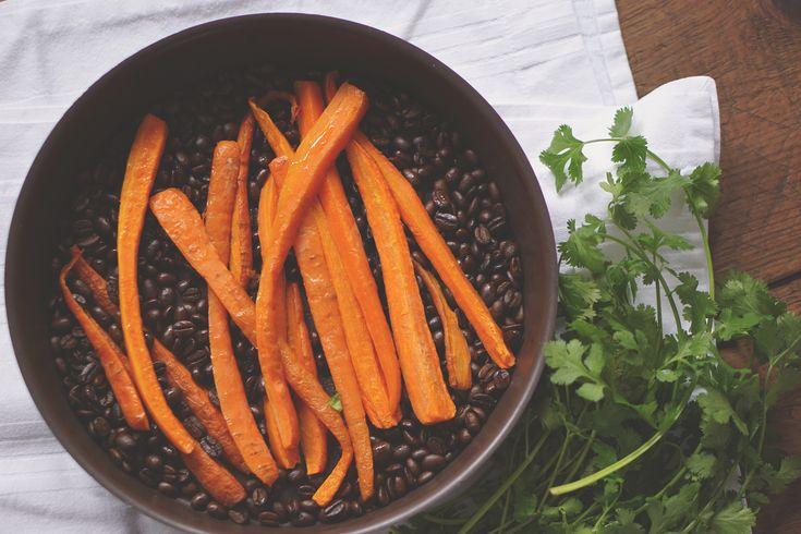 Dit recept is heel makkelijk te maken en geeft een nieuwe spin aan een zeer bekend knolgewas: de wortel. Door wortel op koffiebonen te roosteren krijgt deze een opvallend gelaagde karamel-achtige smaak. Zeker het proberen waard voor een volgend etentje met foodie-friends of gewoon voor jou en je lief! Dit heb je nodig: Halve kilo …