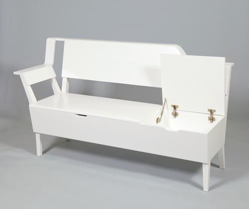 Scandi bench är en klassisk kökssoffa i moderniserad version. Förvaringsutrymmet under sitsen finns kvar, men är här uppdelad i två mindre fack med varsitt lock för ökad flexibilitet. I soffans ryggparti finns inbyggd förvaring för böcker och tidningar, vilket gör att den även lämpar sig att använda som rumsavdelare i en öppen planlösning.  Pris för Variety stairs 4500 kr och för Scandi bench 25000 kr.