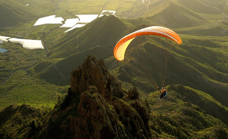 Ifonche, Los Pinos, La Caleta... Tenerife is home to numerous paragliding sites. October, November, December, January, February and March are the best months to practice this breathtaking sport.