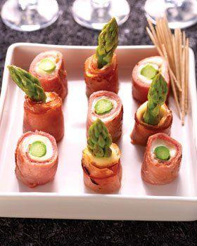 Rolletjes van groene asperges met gerookte ham en mozzarella