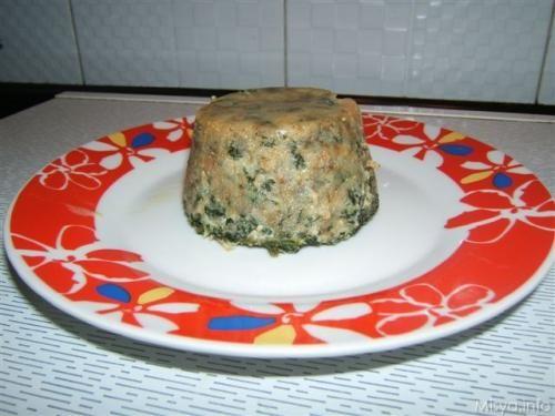 Ieri sera avevo degli spinaci da smaltire e mi sono inventata questa ricetta dei timballini di spinaci. L'idea del cuore con la ciliegina di mozzarella è di