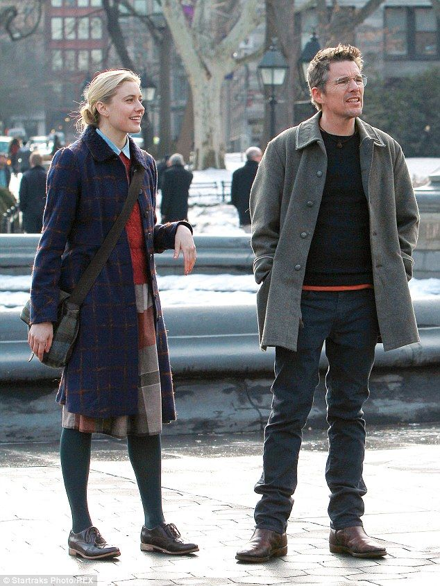Ethan Hawke and Greta Gerwig enjoy cupcakes on the NYC set of ...