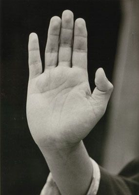 Germaine Krull, Saving Mudra, 1950er/1981, Silbergelatinebaryt, 16,1 x 11,4 cm.