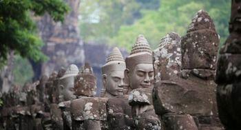 Pays des khmers, le Cambodge vous offre un voyage plein d'histoire à travers les temples d'Angkor, de Kampong Cham.