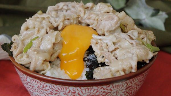 ビデオ指示付きレシピ: 食欲をそそる韓国風簡単レシピ。ごま油の香りがたまらない! 材料: 薄切り豚肉(しゃぶしゃぶ用) 200g, 長ネギ1/2本, 《A》, すりおろしにんにく 小さじ1/2, 中華スープ (大さじ1の水に中華スープの素を小さじ1/2溶かしたもの) 大さじ1, 醤油 小さじ1, 塩 小さじ1/4, 海苔3枚, ごま油 大さじ2, 白ごま 大さじ1, 塩 小さじ1/3, , 卵黄 2個, 白米 400g