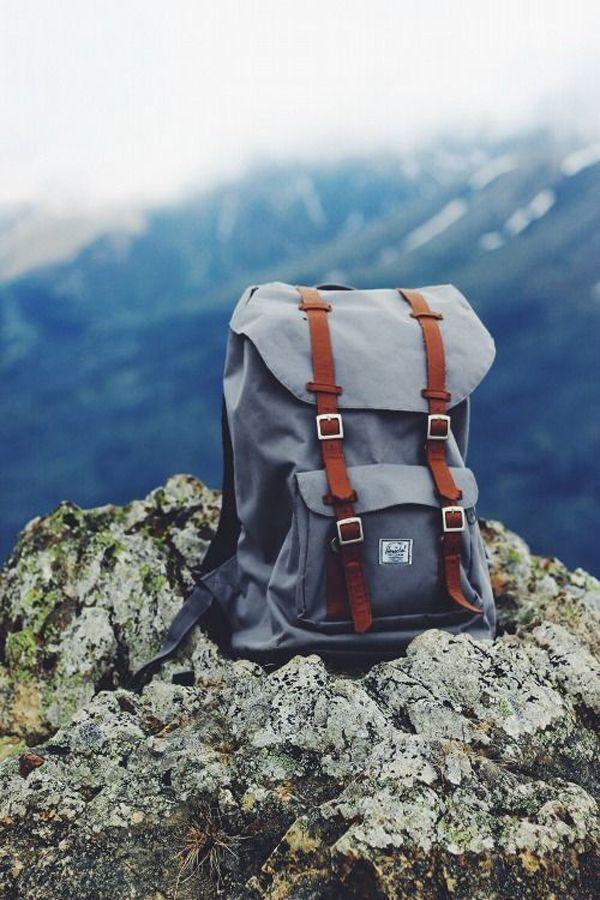 Grijze Herschel rugzak met bruine banden en mooi landschap - Grey Herschel backpack with brown straps and beautiful scenery
