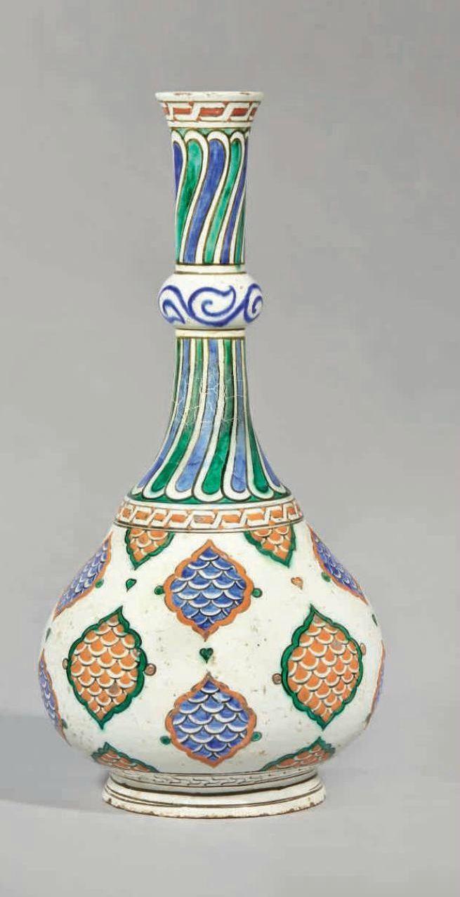 Grande bouteille auxmandorles, Iznik, Turquie ottomane, vers 1580-85