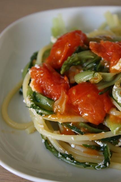 Spaghetti e cicorie con cacioricotta e sugo di pomodorini freschi al basilico/Spaghetti with cacioricotta and chicory and fresh tomatoes with basil sauce