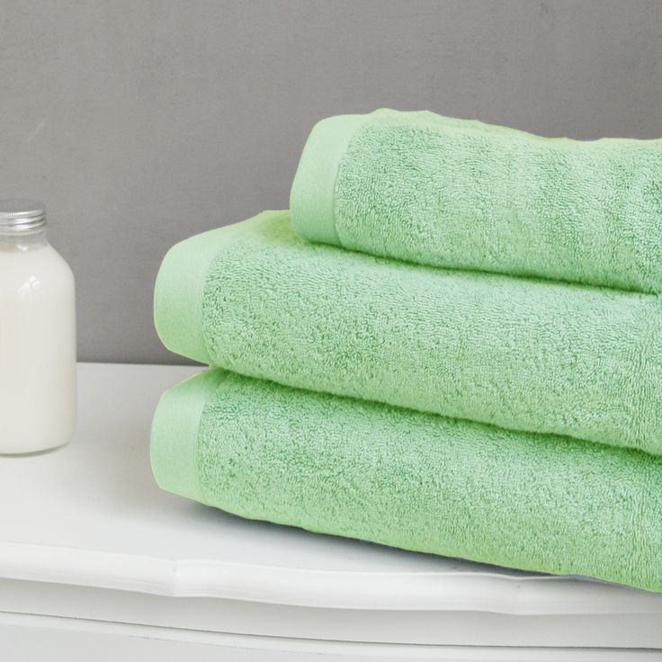 Cette magnifique collection de serviettes unies vous offre un choix de 14 couleurs actuelles et chatoyantes pour composer votre propre univers dans votre salle de bain.  Une qualité d'éponge luxe pour un confort et une qualité d'absorption incomparables. www.lacompagniefrancaise.com