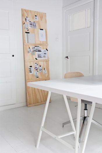 賃貸などで壁をいじれないあなたには、合板を壁に立てかけて自由に貼ったり塗ったりできる壁を作ってみてはいかがでしょうか。この事例のように何本か桟木をとりつけてあげれば、本なども置いて飾っておけます。