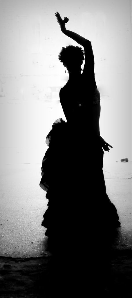 Czarno-biała sylwetka tancerki. Black and white silhouette of a dancer.