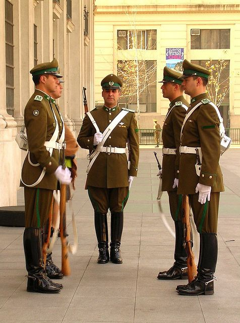 Uniforme de la Guardia de Palacio de la Moneda de Carabineros de Chile / Uniform of the Chilean Military Police Moneda Presidential Palace Guards.