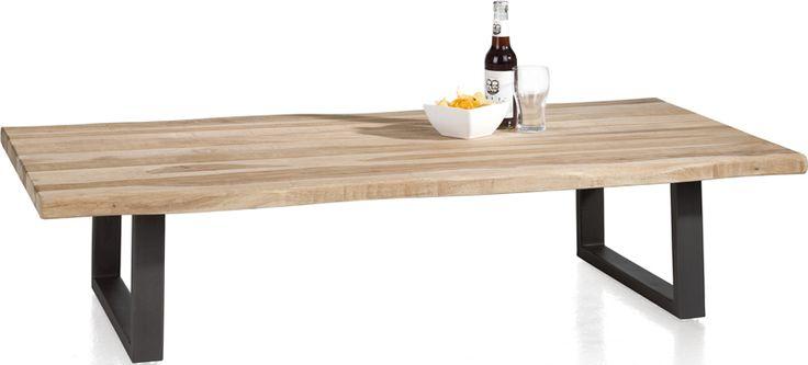 Stoere salontafel met bovenblad uit karaktervol Seesham hout. Uitgevoerd met metalen poten. 130 x 70 cm.