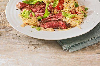 Nudeln in Paprika-Frischkäse-Sauce mit Steakstreifen und Pesto