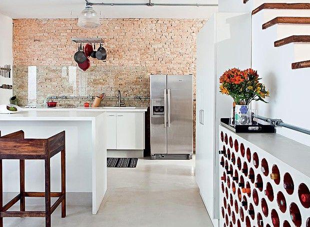 No projeto da arquiteta Rachel Nakata, a cozinha é integrada à sala. A adega, feita com tijolos cilíndricos de cerâmica, fica encostada na escada (Foto: Lufe Gomes/Casa e Jardim)