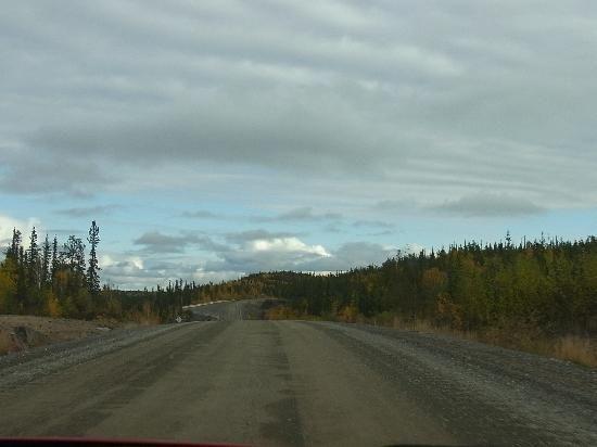 Estrada para o Parque Territorial Hidden Lakes,      Territórios do Noroeste, Canadá.
