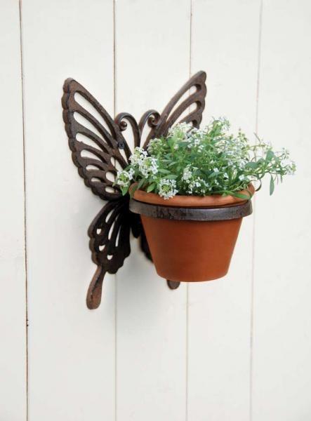 Öntöttvas fali virágtartó, pillangó mintával.