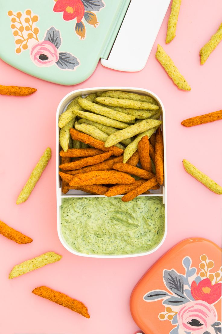 Make this skinny green goddess dip with Harvest Snap crips for a healthy snack and pack it in a pretty DIY floral bento box!