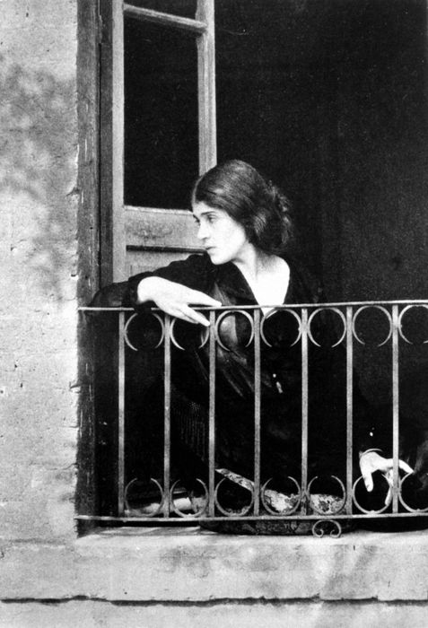 Edward Weston , 1923   Portrait de Tina Modotti au Mexique