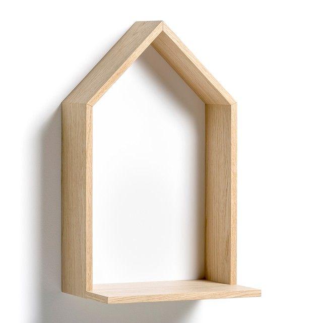 Una mensola a forma di casa da appendere. Caratteristiche :- In MDF placcato rovere, lato in pannelli impiallacciato rovere, fondo in MDF dipinto. - 2 placche per fissarlo al muro (viti e chiavi non incluse). Dimensioni :- L.30 x A.50 x P.22 cm.