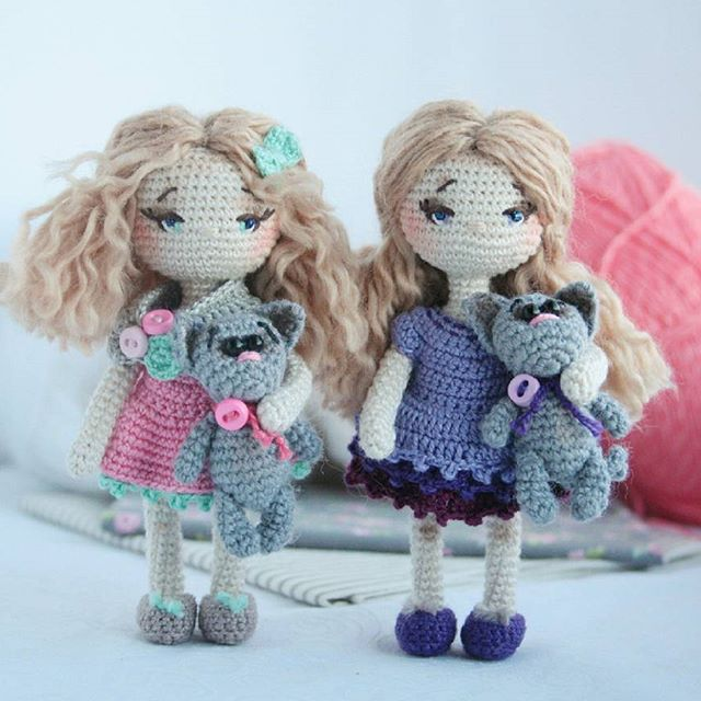 Little crochet dolls with their kittens. By mini_crochet_dolls on Instagram.