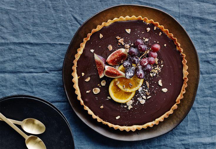 Fantastisk lækker tærte med chokoladeganache og forskellige frugter på toppen. Perfekt til chokoladeelskeren! Find opskriften her.