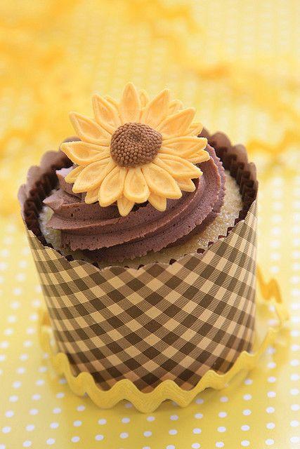 sunflower cupcakes   sunflower cupcake
