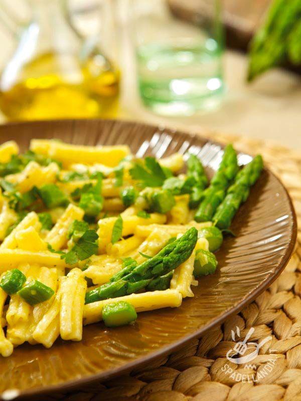 Le Casarecce con brie e asparagi sono un primo fresco, saporito e molto appetitoso. Un piatto vegetariano che mette tutti d'accordo...