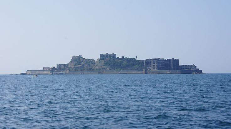 軍艦島(端島)(長崎県長崎市) ※2009年より上陸・観光が可能だが、見学施設以外は島の全域が立入禁止区域に指定されている。