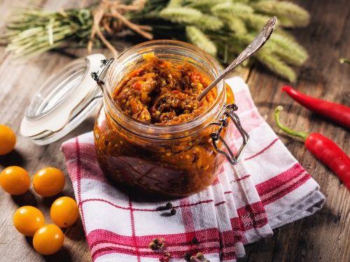 Zacusca este unul dintre cele mai populare preparate din bucataria romaneasca de toamna si nu ar trebui sa lipseasca din nicio camara.  Aceasta