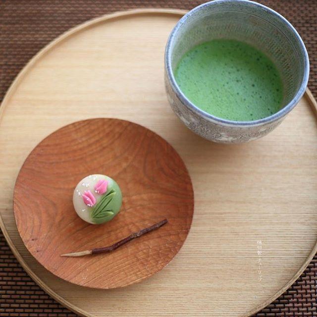 . . Today, I made japanese confectionery NERIKIRI which express spring flower Tulips . ▫️▫️▫️▫️▫️▫️▫️▫️▫️▫️▫️▫️▫️▫️▫️▫️先日 #冷水希三子 先生のお料理教室に伺ったら、 先生のデスクにさりげなくピンクのチューリップが生けられていて、.......... それが凄く「春」を感じさせてくれて素敵でした。 とはいえ、冷水先生のアトリエは素敵なものしかない空間で、 右を向いても左をむいても、 わ、写しとかなくちゃ、な、空間だらけなのですが、、💦💦💦 . で、それがずっと頭に残っていたので、 今日の練り切りのお題は「チューリップ」 中身は漉し餡にしました。 . またまた量産できない系? いや、量産したくない系 笑  です。 . 今回、ピンクと緑は天然色素使用。 久々に葉っぱを針切りで刻んでみました。(←いつまでたっても上達しない) 合羽橋で先日調達したばかりのチューリップ型を使うのは楽しかったー😍 . 薄茶(若松の昔)を点てて戴きました😊😊😊…