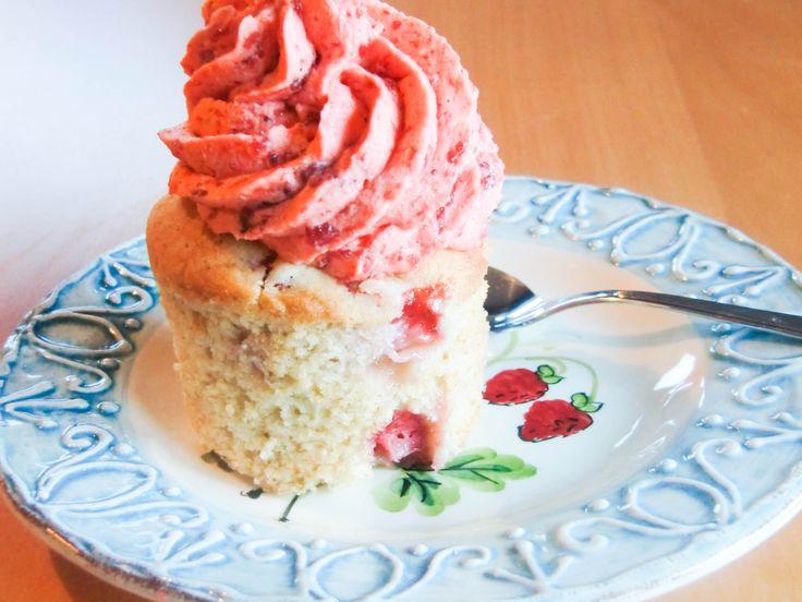 Nydelige cupcakes med en fantastisk god jordbærkrem!
