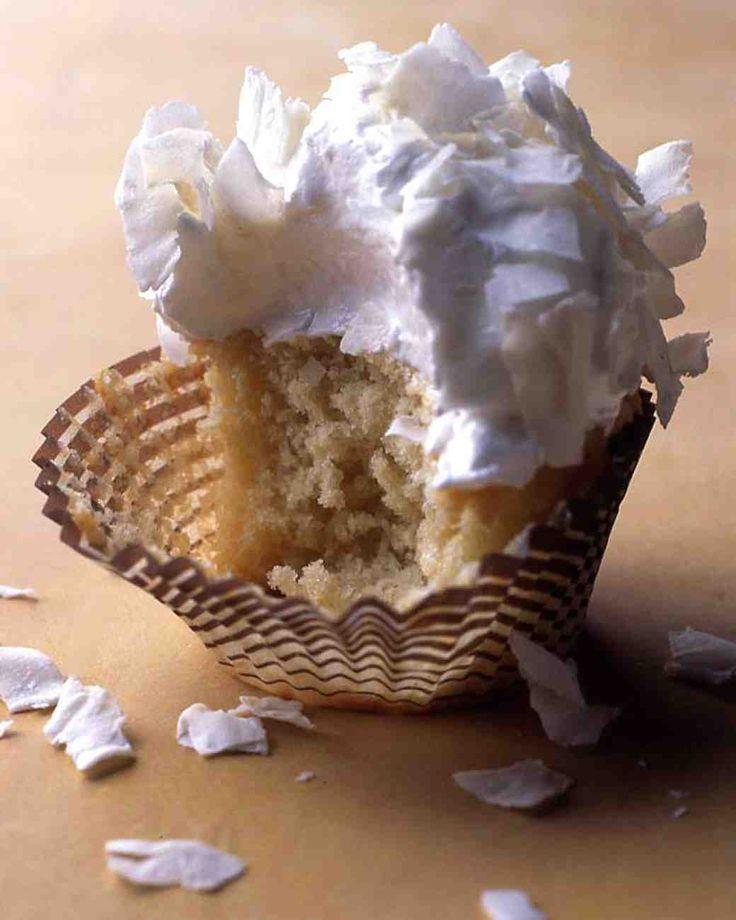 Cupcakes de coco com geada de sete minutos e coco Flakes
