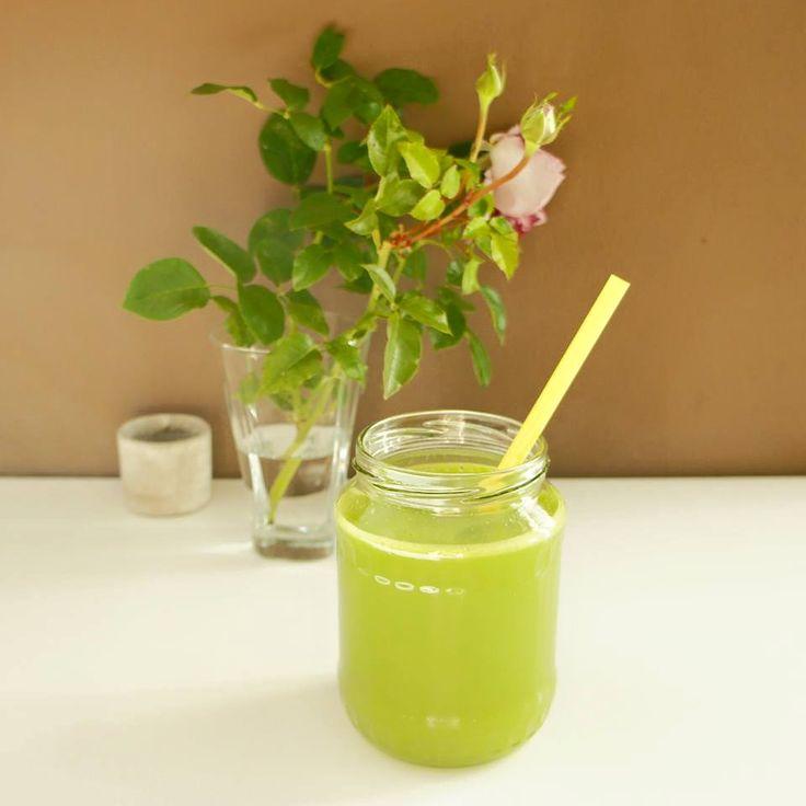 Zelené šťávy mě prostě vždycky naboostují energií. Říká se, že je to moderní medicína. A já musím souhlasit. Navíc jsou tak dobré.Jedna z mých opravdu oblíbených variant je Zelená šťáva pro čistou pleť. Zelená šťáva pro čistou pleť • 1 velká salátová okurka • 4 jablka • ½ celeru • 1 citrón Celer ani okurky…